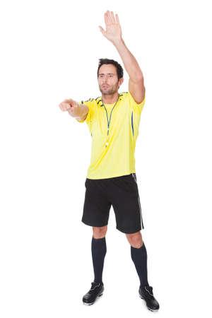 arbitro: Fútbol juez silbando. Aislado sobre fondo blanco