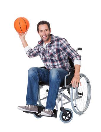 persona en silla de ruedas: Hombre en silla de ruedas con el baloncesto. Aislados en blanco