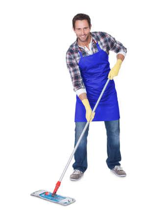 pulizia pavimenti: Ritratto di un piano di pulizia uomo. Isolati su bianco