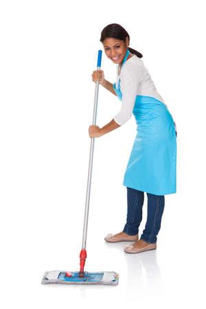 personal de limpieza: Mujer alegre que se divierte durante la limpieza. Aislado En Blanco Foto de archivo