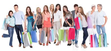 ni�os de compras: Un grupo grande de gente con bolsas de la compra. Aislados en blanco