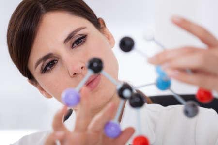 hipótesis: Científico Mujer concentrarse en la estructura molecular en laboratorio