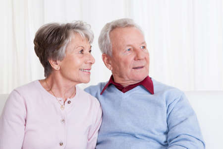 Portret van gelukkige senior paar zittend op Couch Stockfoto