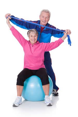 hombres haciendo ejercicio: Retrato de una pareja de ancianos Ejercicio En El Fondo Blanco