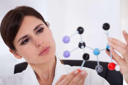 investigador cientifico: Cient�fico Mujer concentrarse en la estructura molecular del ADN en laboratorio Foto de archivo