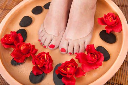 reflexologie plantaire: Gros plan des pieds féminins Obtenir Aroma Therapy Spa Banque d'images
