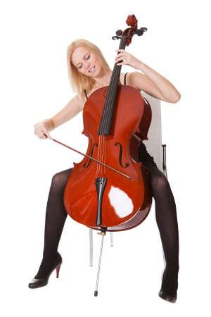 violoncello: Bella giovane donna suonare il violoncello. Isolati su bianco