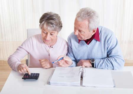 Foto van Senior Paar berekenen Budget At Home Stockfoto