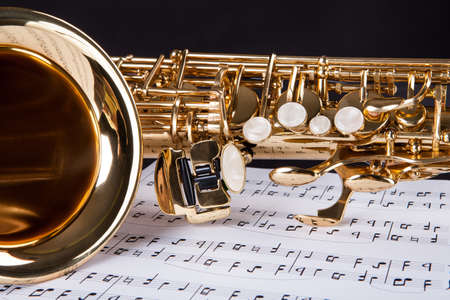 orquesta: Primer plano de la trompeta y Nota Musical