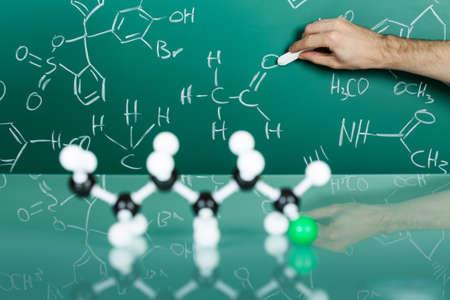 quimica organica: Modelo de la estructura molecular en el fondo reflexivo verde