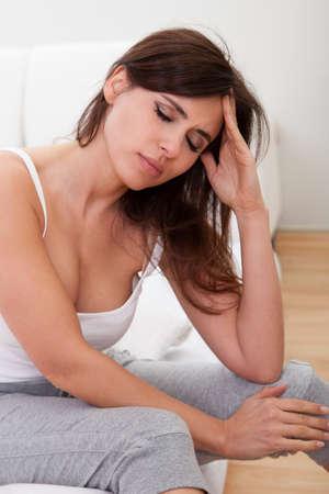 hoofdpijn: Jonge vrouw die haar hoofd in Pijn lijden aan een hoofdpijn