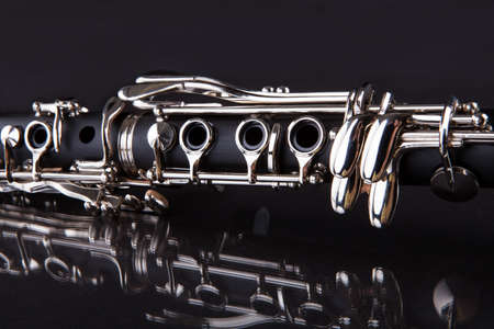 instruments de musique: Close-up De Clarinette Isol� Sur Fond Noir Banque d'images