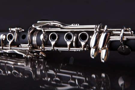 blaasinstrument: Close-up Van Klarinet Geà ¯ soleerd Op Zwarte Achtergrond