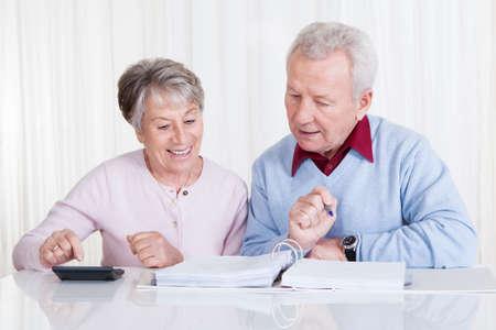 Senior pareja Cálculo de Presupuesto en el hogar Foto de archivo
