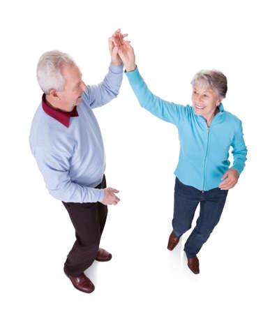 position d amour: Portrait de hauts couple danse sur fond blanc