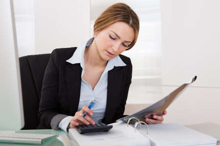 expert comptable: Portrait de jeune femme d'affaires travaillant dans son bureau Banque d'images