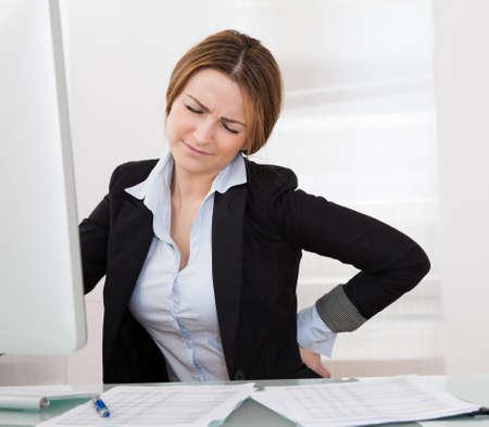 mujeres de espalda: Mujer de negocios con dolor de espalda Sosteniendo la cadera Dolor Foto de archivo