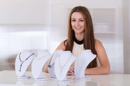 vendedor: Mujer hermosa joven que trabaja en la tienda de joyería