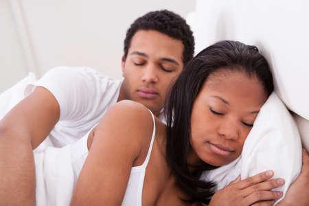 pareja durmiendo: Retrato De Dormir Joven Pareja En La Cama
