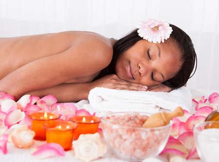mujer con rosas: Retrato de la hermosa joven se relaja en Spa