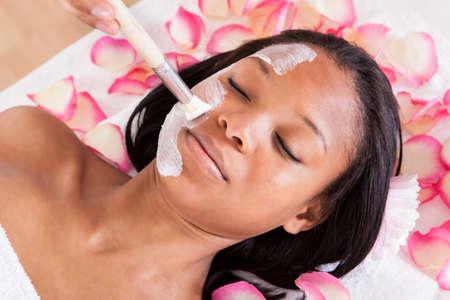 Közelkép Woman alkalmazása Facial Mask A Spa Stock fotó