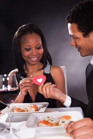 diner romantique: Portrait de jeune couple africain avec un coeur dans les mains