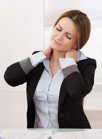 collo: Giovane imprenditrice attraente soffre di mal di collo Archivio Fotografico