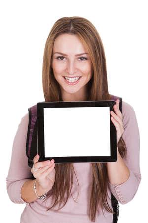 Diáklány Holding Digital Tablet fölött fehér háttér