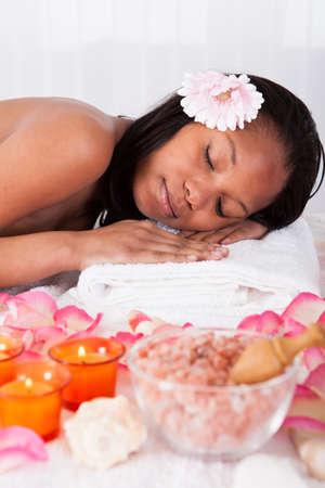 mimos: Retrato de la hermosa joven se relaja en Spa