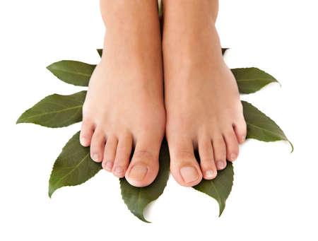 pied jeune fille: Gros plan sur de belles jambes de femme dans un spa. Isol� sur fond blanc