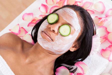 ansikts: Närbild av kvinna med ansiktsmask I Spa