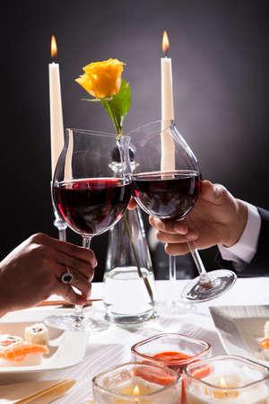 Close-up Van Paar Handen Roosteren Rode Wijn Over Grijze Achtergrond