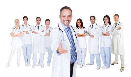 emergencia medica: Gran grupo de m?cos y enfermeras. Aislados en blanco