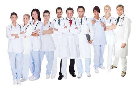 grote groep mensen: Grote groep van artsen en verpleegkundigen. Geïsoleerd op wit