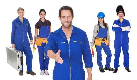 mecanica industrial: Jefe de mec?nicos y su equipo. Aislado en el fondo blanco