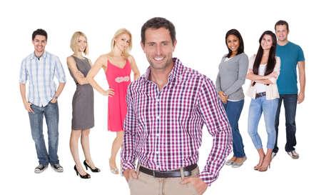 personas de pie: Grupo ocasional de Casual grupo de personas de pie aislado más de fondo blanco