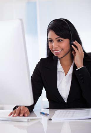 centro de computo: Retrato del representante del cliente femenina que usa la computadora