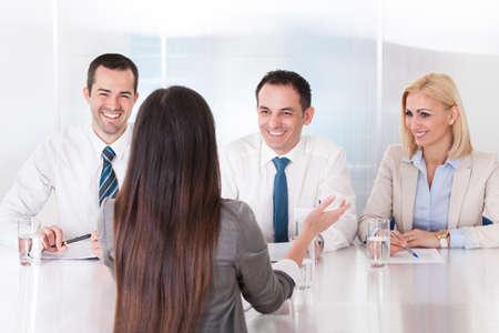 entrevista de trabajo: Mujer de negocios Hablando En La Entrevista De Oficina