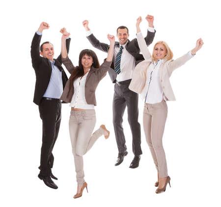 persona saltando: Retrato de feliz de negocio acertada sobre el fondo blanco