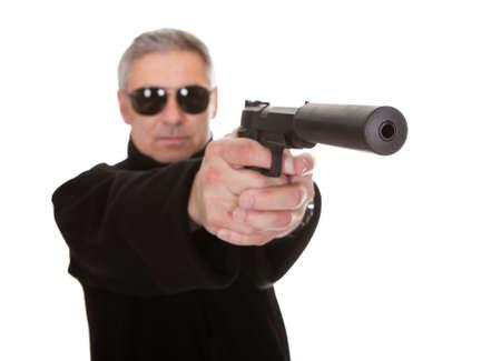 ljuddämparen: Mogen Man över vit bakgrund Sikta med handeldvapen