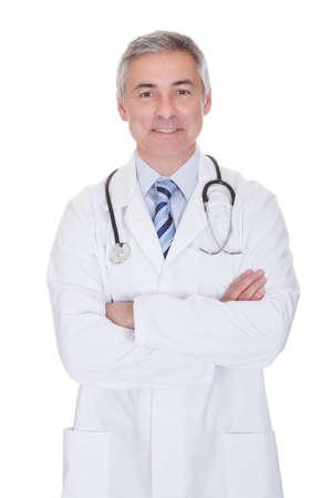 흰색 배경 위에 절연 행복 성숙한 남자 의사의 초상화