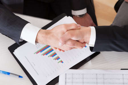 手を振って 2 つのビジネスの人々 をクローズ アップ