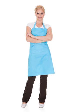 delantal: Feliz mujer con delantal de la cocina sobre el fondo blanco