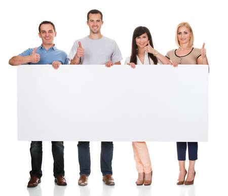 juventud: Grupo de amigos de la Pancarta en el fondo blanco Foto de archivo