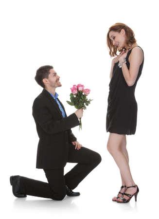 Junger Mann Offer To Blume Sch�ne Frau Over White Background