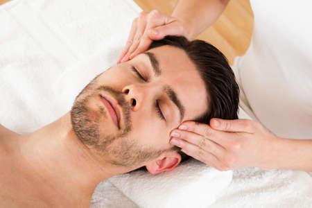 reflexologie: L'homme se massage dans le spa