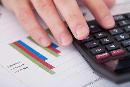 Közelkép egy üzletember kéz elemzése Stock Charts