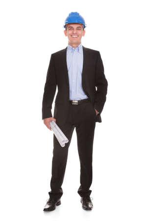 ingeniero: Feliz Hombre arquitecto de pie sobre fondo blanco
