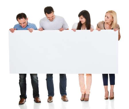 para baixo: Grupo de amigos que prendem o cartaz no fundo branco