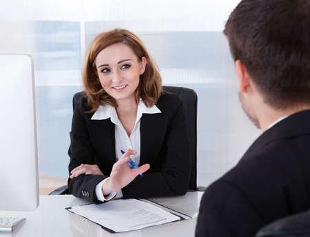 사무실에서 서로 얘기하는 두 기업인